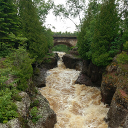 The bridge over the torrential Temperance River